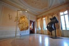 Salotto_Masque-de-gorille,-bois-polychrome_Quentin-Garel-&-Monumental-Hive,-2008_Judi-Harvest_2